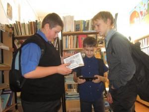 читатели у книжной выставки  Память сердца